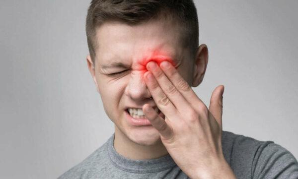 ألم العين بسبب انفصال الشبكية